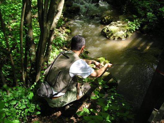 Walter Arnoldo getta l'amo nel Rio Val Sorda, in Trentino.